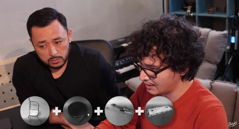 Deux hommes, un habillé en noir, l'autre en rouge avec des lunettes. Ils se trouvent dans un studio d'enregistrement. En bas de l'image se trouvent 4 icônes d'instruments