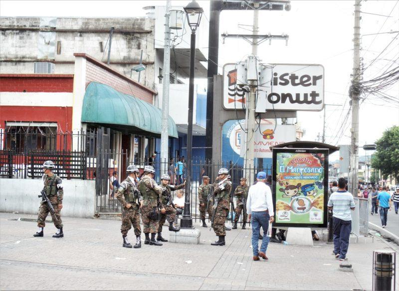 soldats armés dans la rue