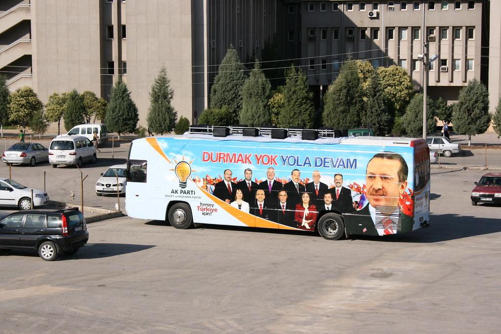 Un bus de campagne à l'effigie d'Erdogan est stationné sur un parking.