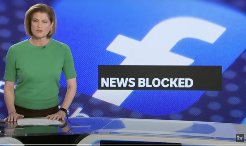 L'image montre une présentatrice télévision, debout, les mains posées sur la table placée devant elle. Elle porte un micro et fait face à la caméra. Derrière elle, apparaît le logo Facebook. Sur un petit bandeau noir, le titre « News blocked » (Actualités bloquées) est écrit en lettres blanches, apposé sur le logo Facebook.