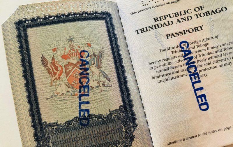 """Le passeport émis par la République de Trinité-et-Tobago porte un tampon """"annulé"""" et a un bord coupé."""