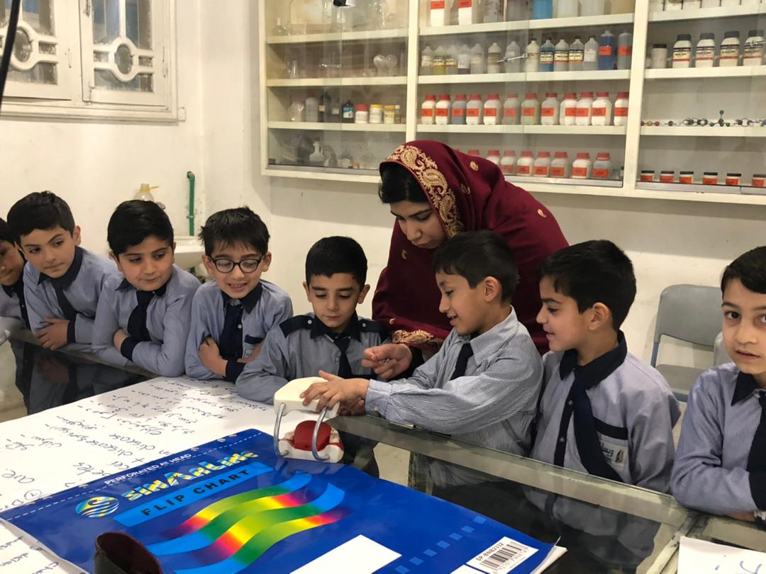 Mme Pashtana Zalmai Khan Durrani lors d'une leçon avec de jeunes garçons dans une structure scolaire