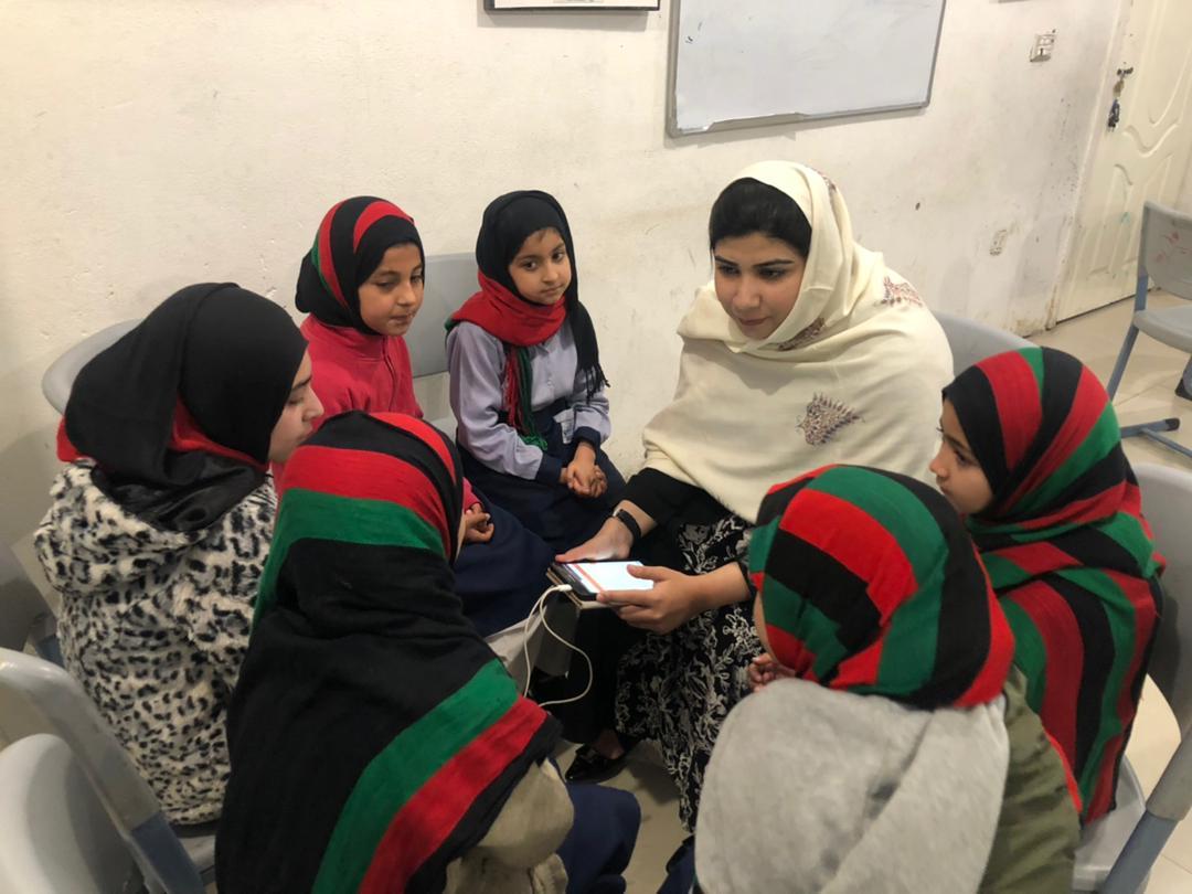 Mme Pashtana Zalmai Khan Durrani montre à des jeunes filles comment utiliser LEARN sur la tablette