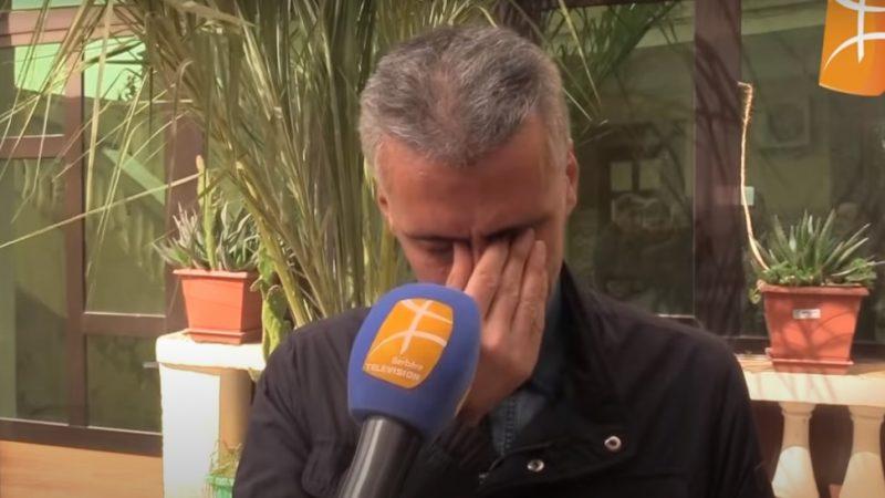 Rachid Nekka est derrière un gros micro de Berber TV. Il se presse les yeux avec la main pour retenir ses larmes.