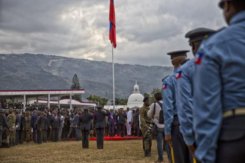 Les soldats haïtiens saluent le président Jovenel Moïse lors de son investiture devant un parterre d'officiels.