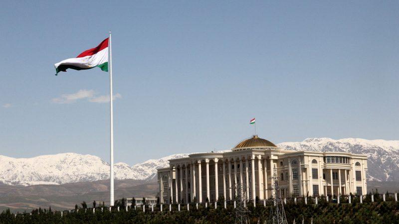 Vue lointaine et panoramique du palais présidentiel devant lequel flotte le drapeau du Tadjikistan