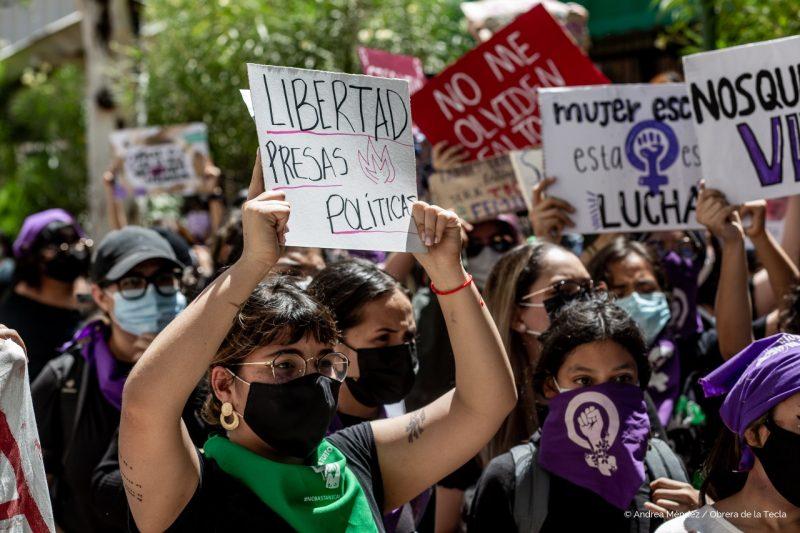 Milieu d'ue manifestation de femmes. On voient plusieurs pancartes.