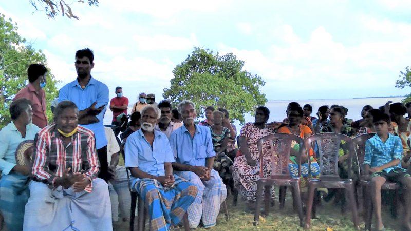 Un gruppo di persone sull'isola di Iranaitivu, situata nel golfo di Mannar nel nord dello Sri Lanka. Foto di Ruki Fernando via Groundviews, utilizzata in base a un accordo di condivisione dei contenuti.
