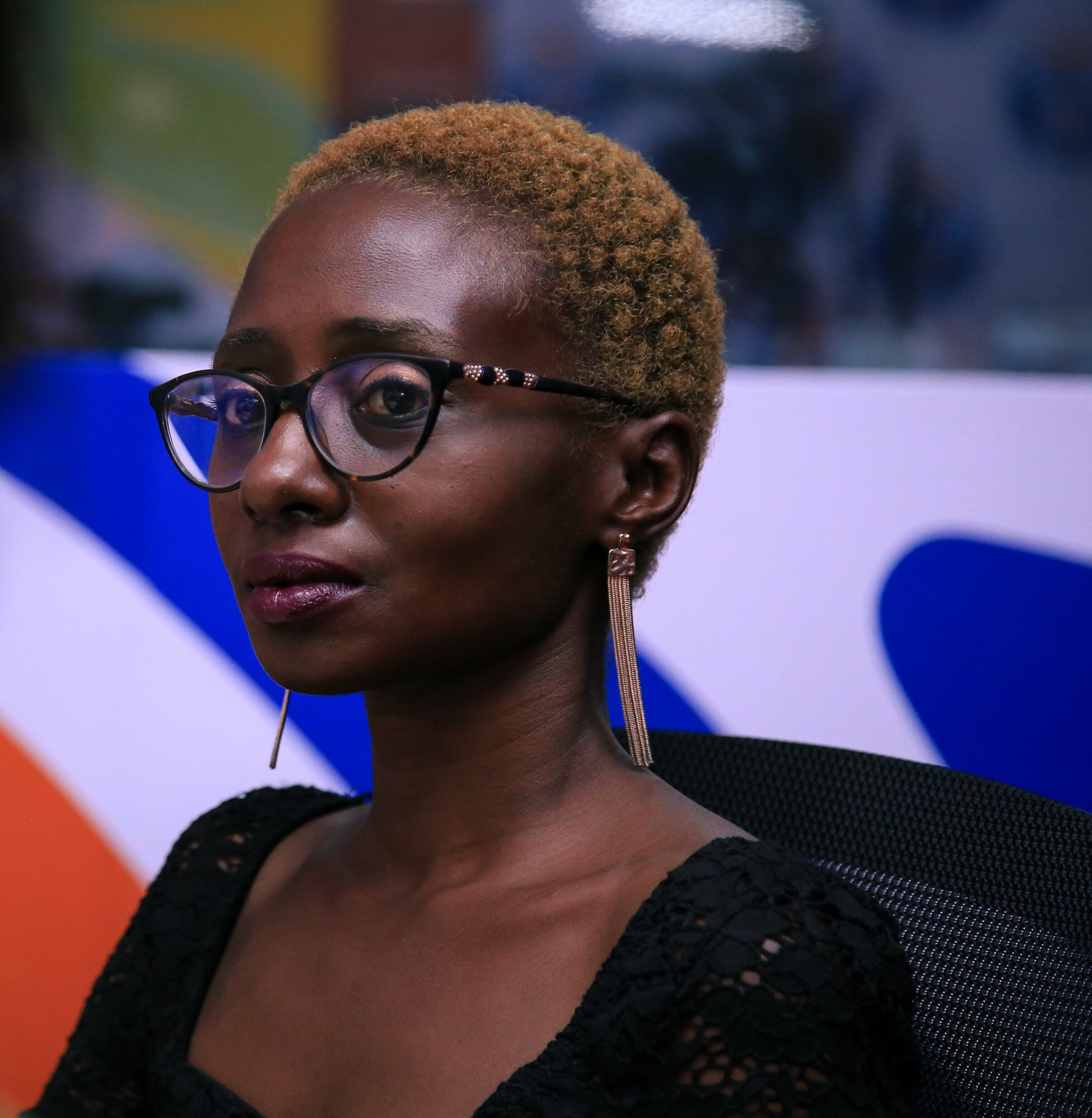 Portait photo de Lindsey Kukunda, militante ougandaise, prise légèrement de profil. Elle a le regard fier et déterminé.