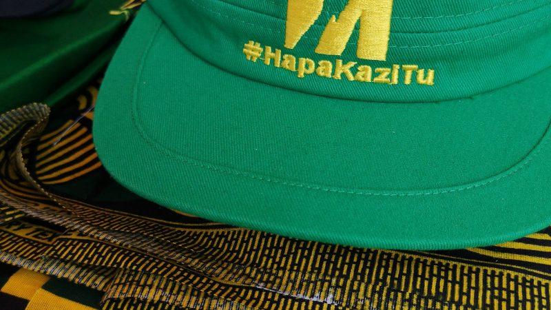 Une casquette verte sur laquelle figure le slogan de l'ancien président Magufuli, HapaKaziTu