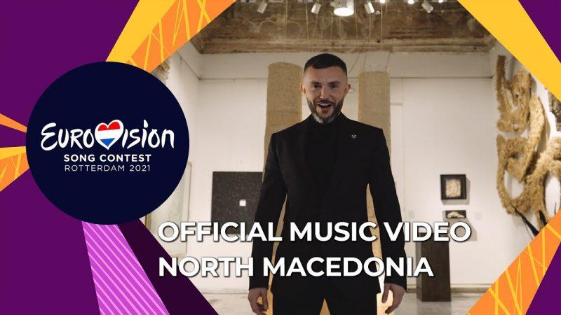 La vignette est aux couleurs de la Macédoine du Nord. Le chanteur est en costume noir est au centre de la photo, prise à la Galerie nationale de Macédoine.