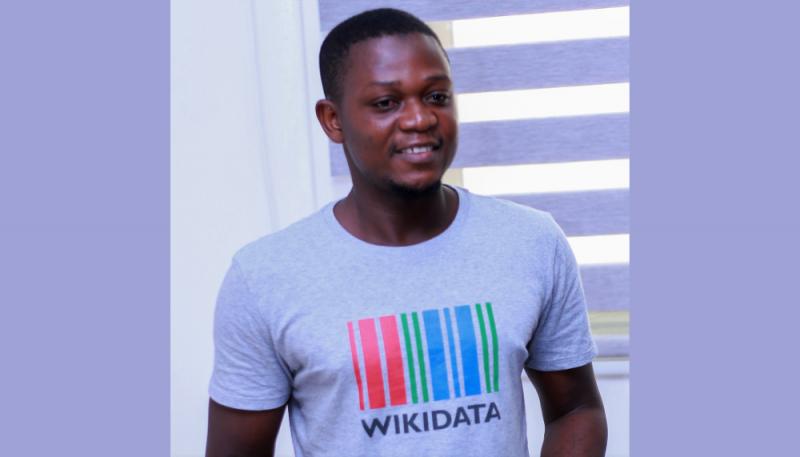 """Portrait photo du militant numérique ghanéen Sadik Shahadu. Il porte un tee-shirt portant la mention """"Wikidata""""."""