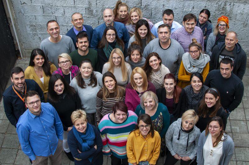 Photo de groupe en vue plongée des membres de l'équipe de CRTA.