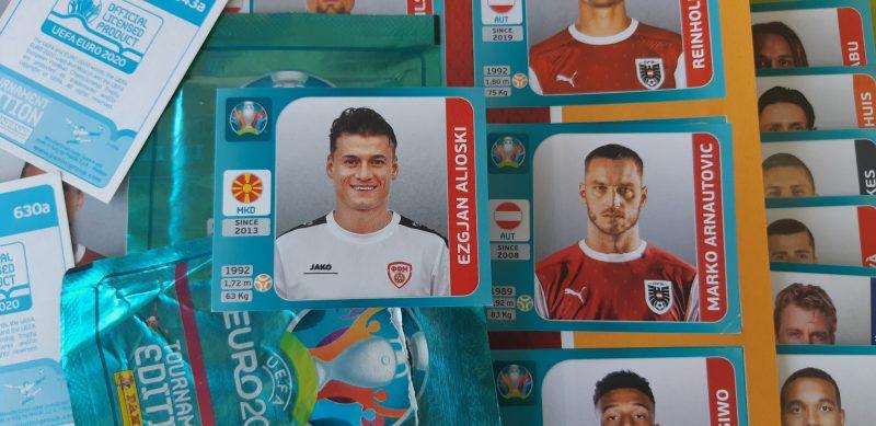Autocollants à collectionner avec Ezgjan Alijoski (Macédoine du Nord) et Marko Arnautović (Autriche) de l'album d'autocollants de l'Euro 2020. Photo par Global Voices, CC BY.