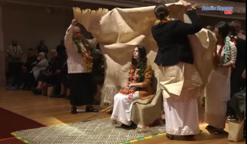 Cérémonie d'excuses samoane avec tissu traditionnel.