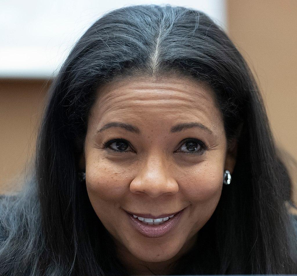 Mme Enonchong arrêtée sans mandat, reste en détention sans inculpation appropriée