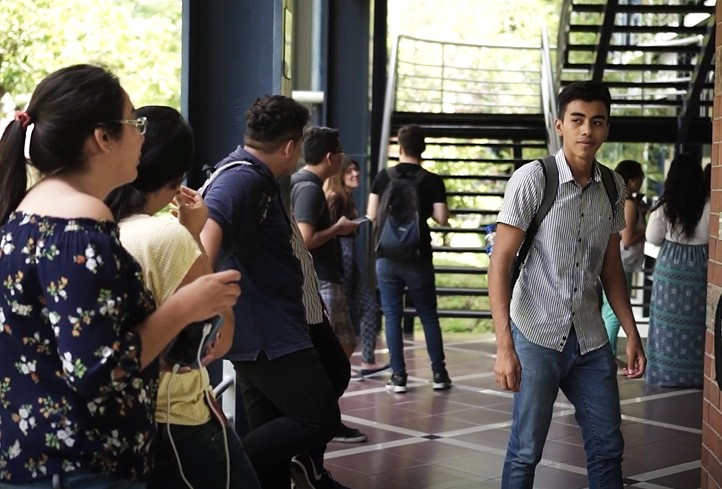 Des jeunes se trouvent dans l'enceinte d'une université