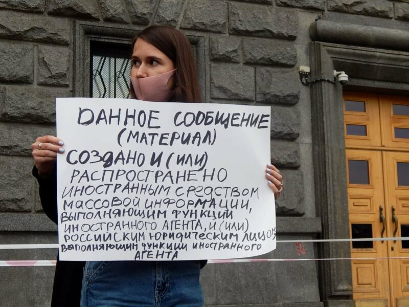 """Sonia Groisman, a journalist who has been declared a """"foreign agent"""", protests outside the FSB headquarters in Moscow. Image by Avtozak Live on Telegram CC BY-NC-SA 4.0."""